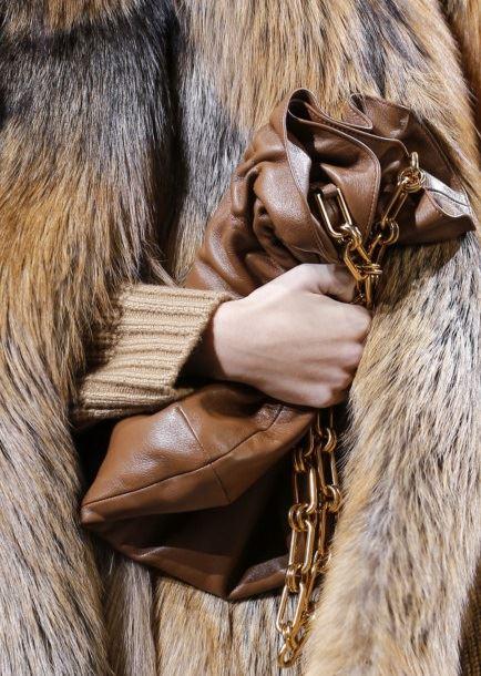 Сумки Michael Kors Collection осень-зима 2017-2018: мягкий коричневый кожаный клатч с ручкой-цепочкой