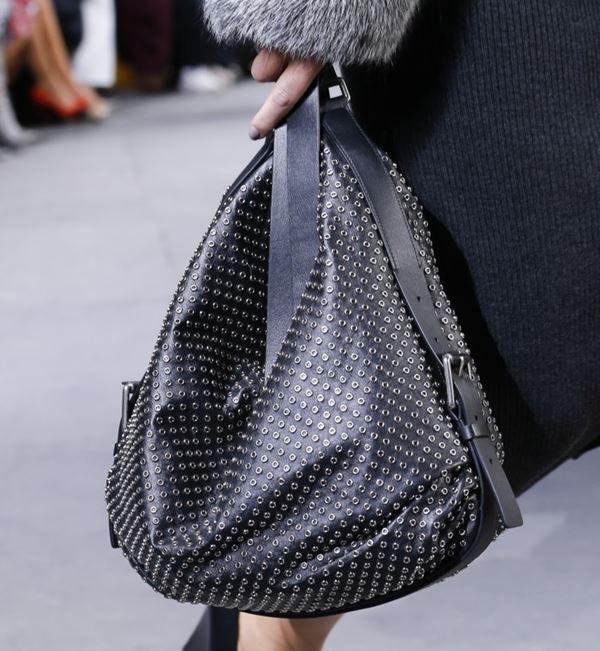 Сумки Michael Kors Collection осень-зима 2017-2018: сумка хобо черная с люверсами