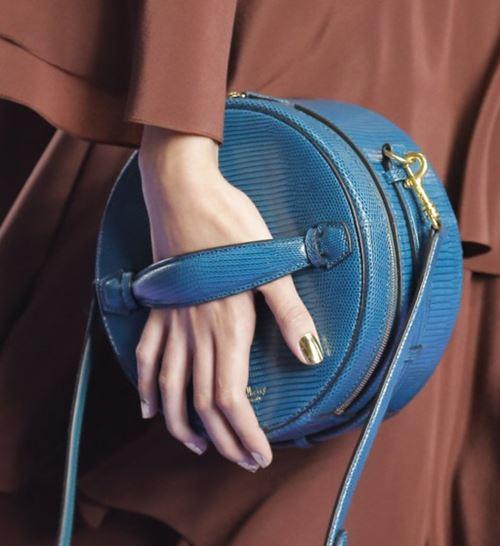 Сумки Mulberry осень-зима 2017-2018: голубая змеиная кожа и круглая форма с ремешком через плечо