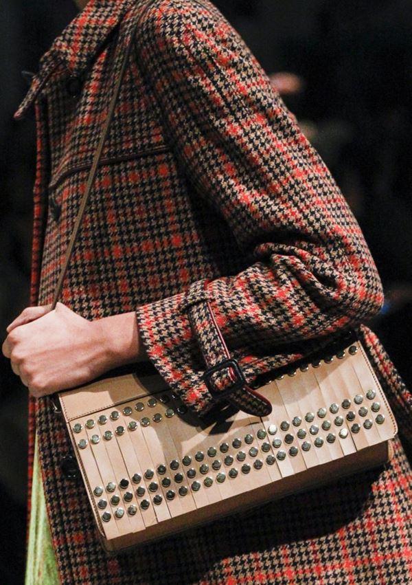 Сумки Prada осень-зима 2017-2018: бежевая через плечо с кожаной бахромой и металлическими заклепками