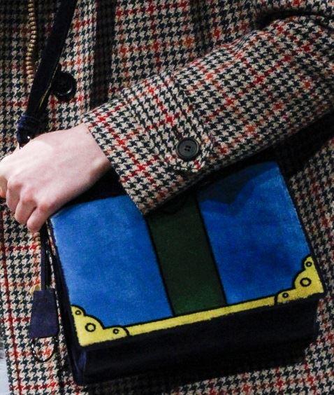 Сумки Prada осень-зима 2017-2018: синяя замшевая книжка через плечо