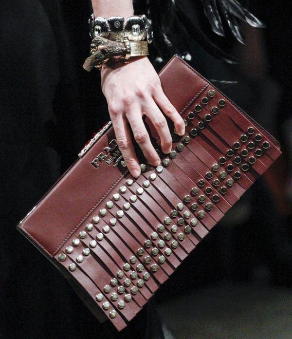 Сумки Prada осень-зима 2017-2018: коричневый плоский кожаный клатч с бахромой и заклепками