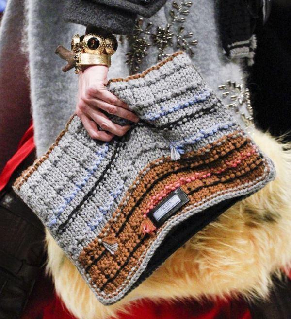 Сумки Prada осень-зима 2017-2018: мягкий серо-коричневый трикотажный клатч