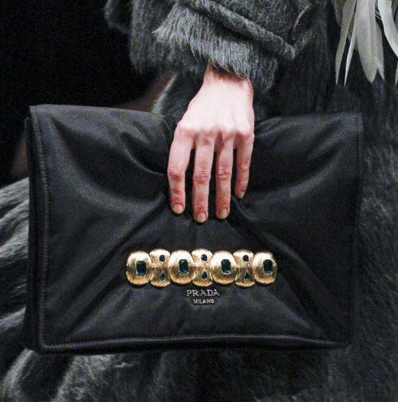 Сумки Prada осень-зима 2017-2018: черный мягкий клатч