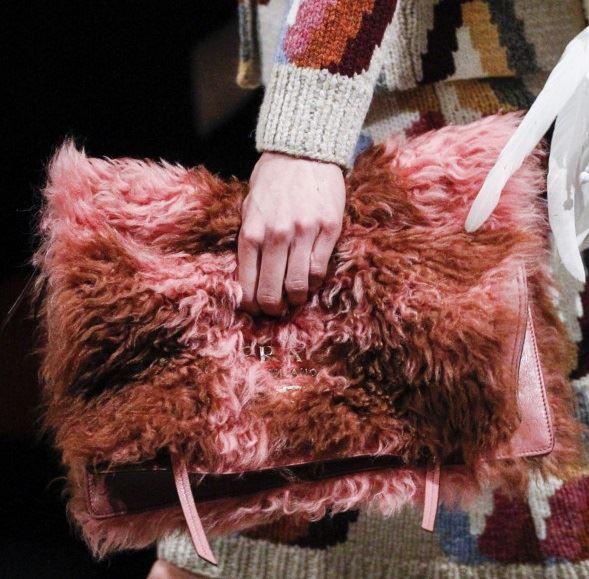 Сумки Prada осень-зима 2017-2018: розовый меховой клатч