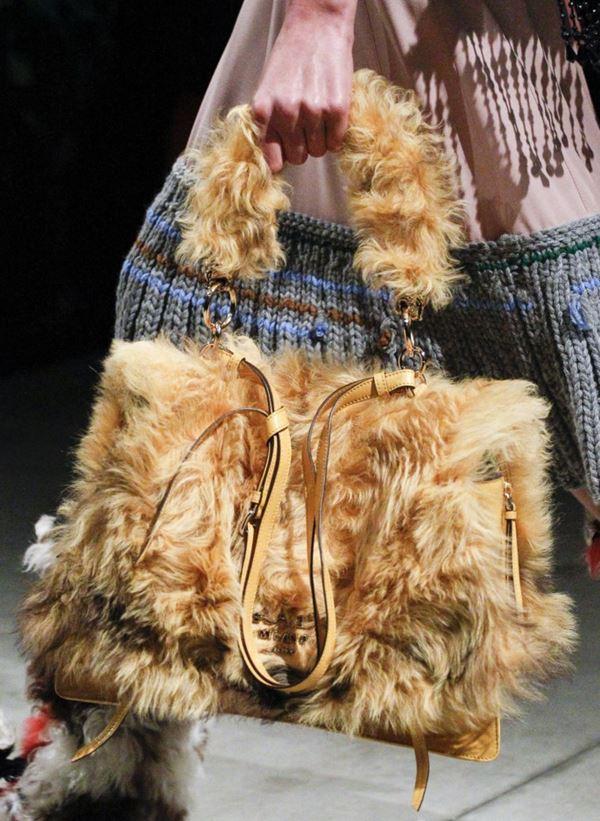 Сумки Prada осень-зима 2017-2018: желтый искусственный мех