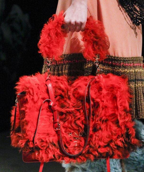 Сумки Prada осень-зима 2017-2018: красный искусственный мех