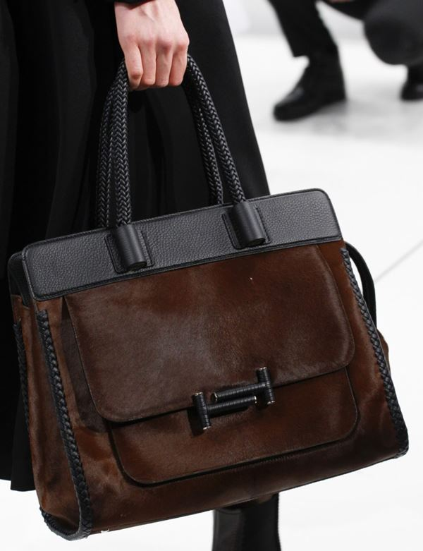 Сумки Tod's осень-зима 2017-2018: коричневая тоут с карманом