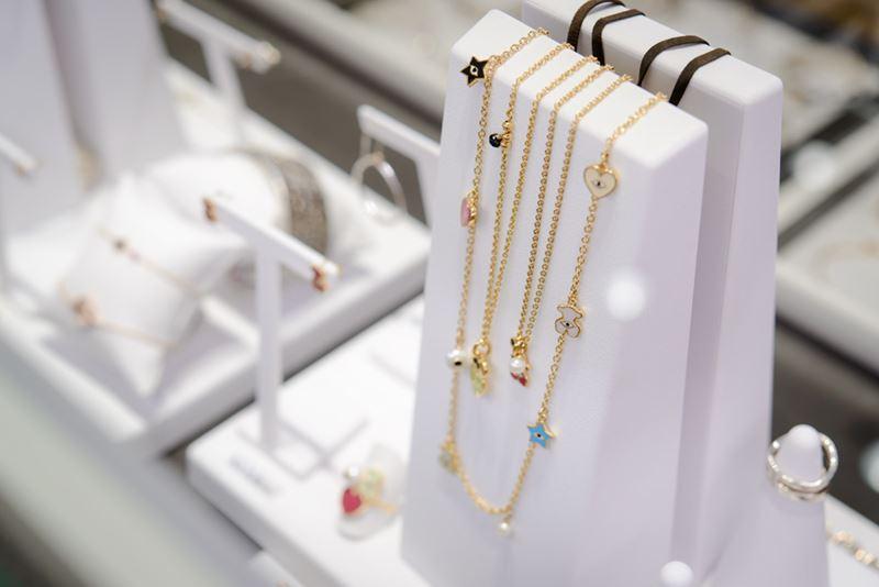 Бутик TOUS в Анапе - украшения цепочки из золота с шармами