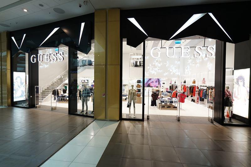 Магазин GUESS в Санкт-Петербурге - пространство в торговом центре