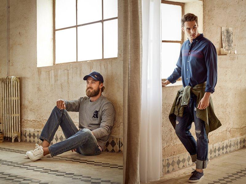 Лукбук коллекции Springfield осень-зима 2017-2018: джинсы с серым джемпером и синей рубашкой