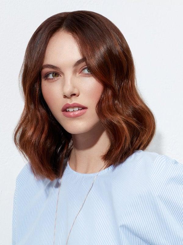 Стрижки боб-каре без чёлки 2017-2018 - длинная стрижка с волнами и прямым пробором, медный цвет волос с прямым пробором