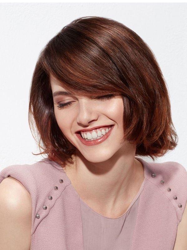 Стрижки боб-каре с чёлкой 2017-2018 - гладкие каштановые волосы с косой густой челкой