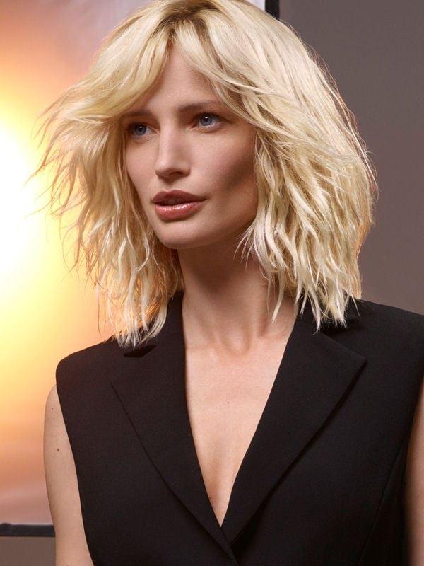 Стрижки боб-каре с чёлкой 2017-2018 - платиновые волнистые волосы с длинной челкой