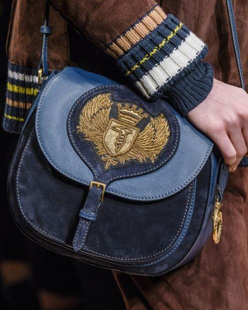 Сумки Trussardi осень-зима 2017-2018: темно-синяя замшевая сумка-седло