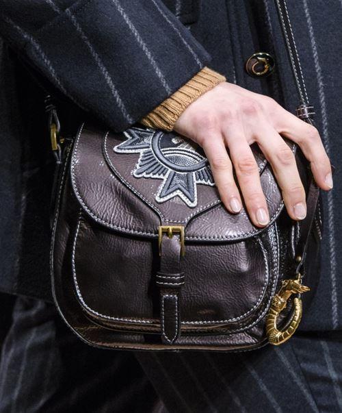 Сумки Trussardi осень-зима 2017-2018: коричневая кожаная сумка седло