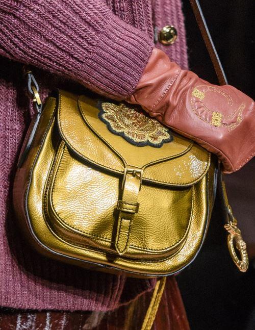 Сумки Trussardi осень-зима 2017-2018: золотая сумка-седло через плечо