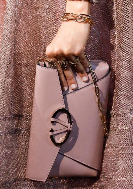 Сумки Valentino осень-зима 2017-2018: пыльно-розовый клатч и золотая ручка-цепочка