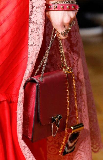 Сумки Valentino осень-зима 2017-2018: красная кожаная вечерняя сумочка с ручкой-цепочкой