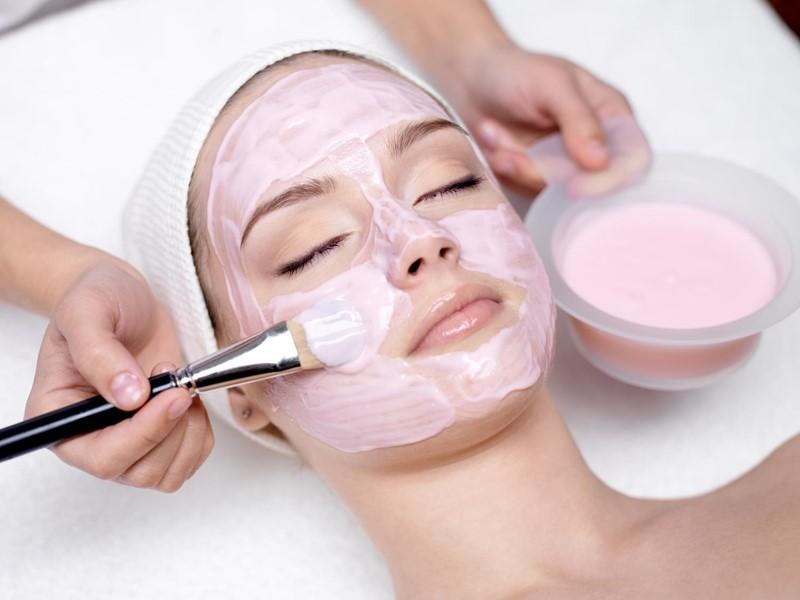 Увлажняющие маски для сухой кожи - девушка с розовой маской на лице