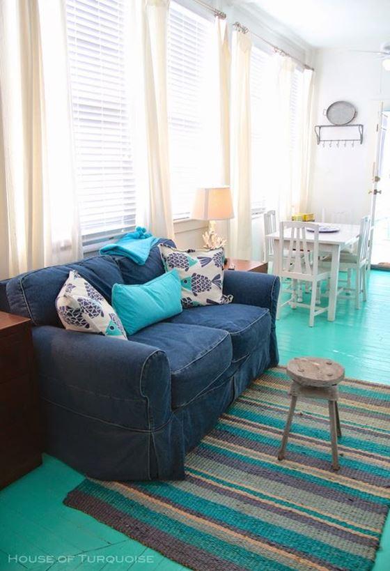 Джинсовый диван - темно-синий диван и бирюзовые акценты