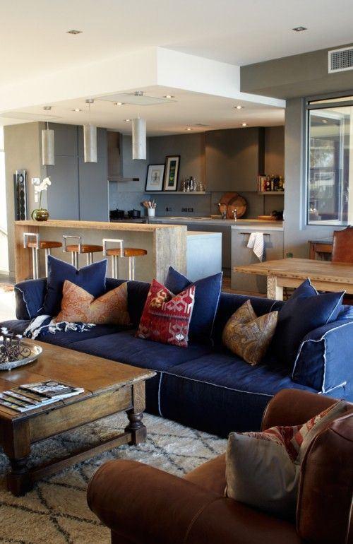Джинсовый диван - просторная студия с коричневой и синей мебелью