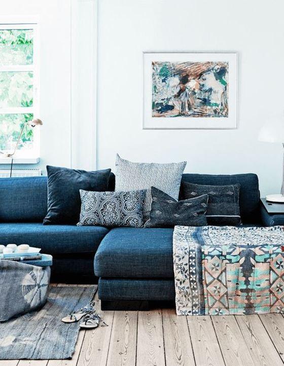 Джинсовый диван - угловой с подушками и деревянным полом