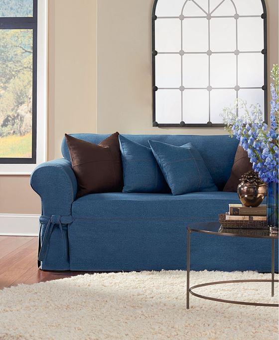 Джинсовый диван - коричневые и синие подушки и бежевые стены с пушистым ковром