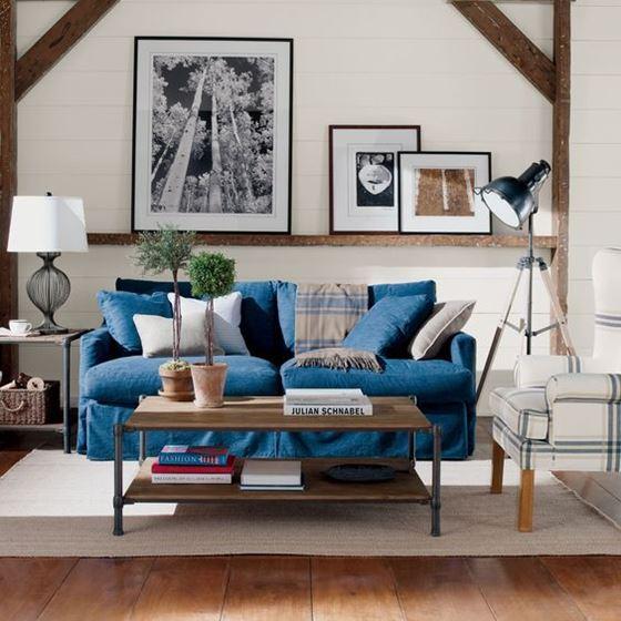 Джинсовый диван - двухместный с подушками в гостиной с деревянным интерьером