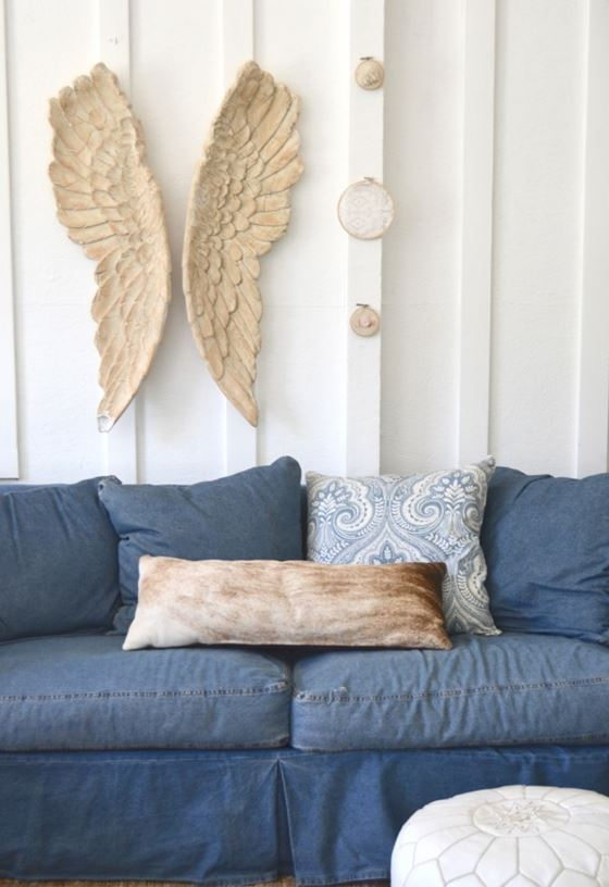 Джинсовый диван - подушки и деревянные крылья на стене