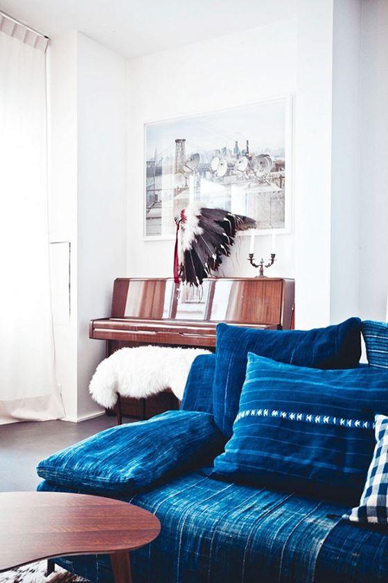 Джинсовый диван - белые стены и тёмно-синий деним