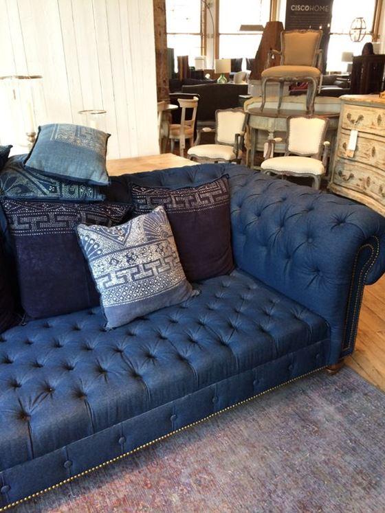 Джинсовый диван - стиль барокко с подушками с принтом