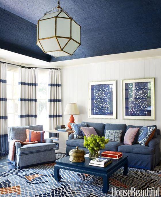 Джинсовый диван - сине-белый интерьер с разноцветными подушками