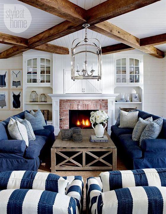 Джинсовый диван - сине-белая полоска и деревянные балки