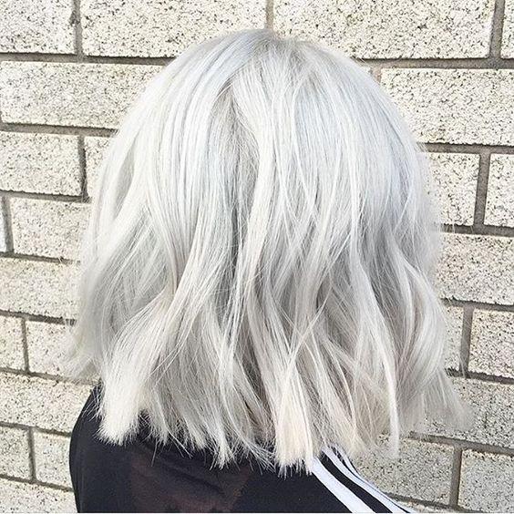 Белые платиновые волосы: стильный растрёпанный  боб-каре