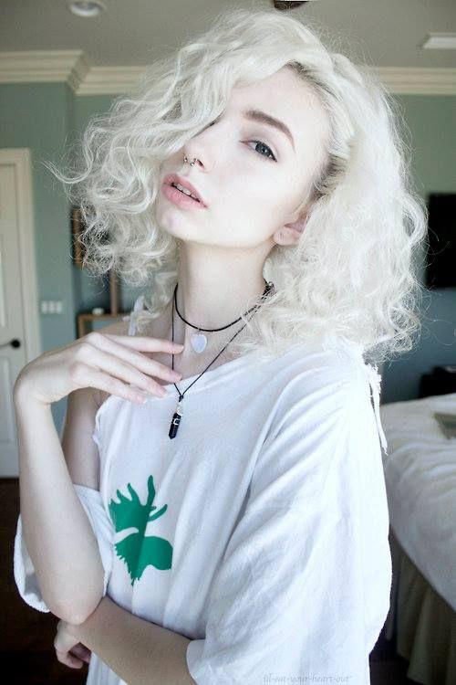 Белые платиновые волосы: густые мелкие локоны