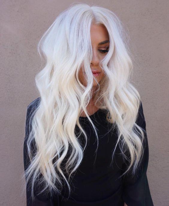 Белые платиновые волосы: длинные крупные локоны
