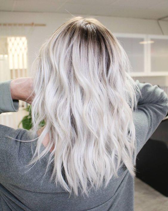 Белые платиновые волосы: укладка на волосы средней длины с локонами