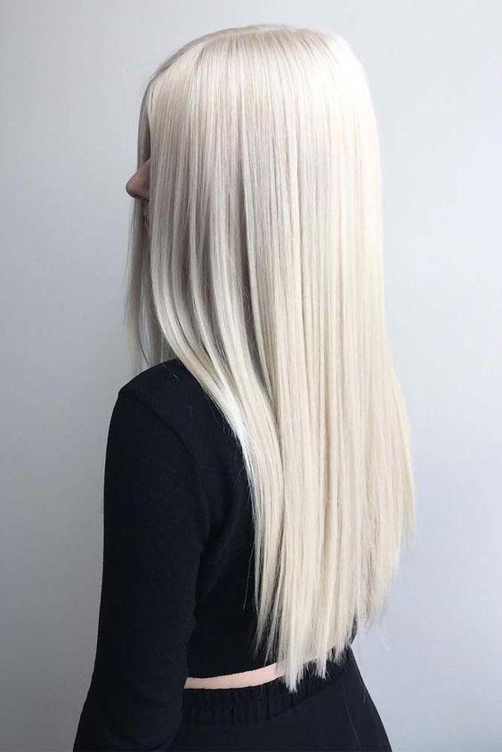 Белые платиновые волосы: длинные гладкие  на прямой пробор