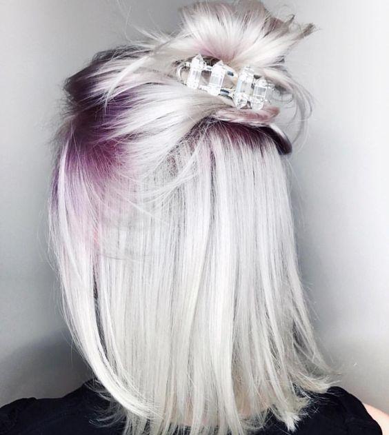 Белые платиновые волосы: боб-каре с фиолетовыми корнями