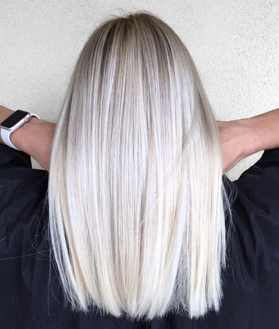 Белые платиновые волосы: гладкие средней длины и мелкое мелирование