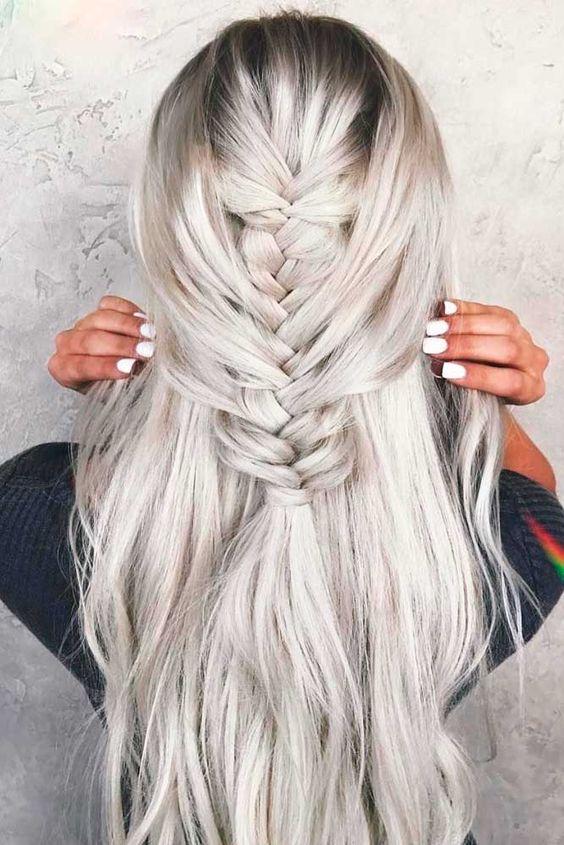 Белые платиновые волосы: длинные с расслабленной французской косой