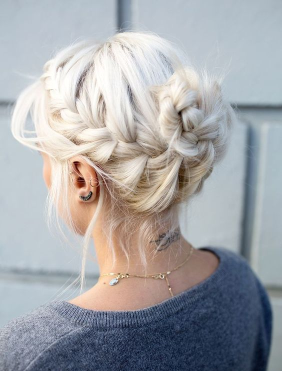 Белые платиновые волосы: расслабленная коса-корона с пучком