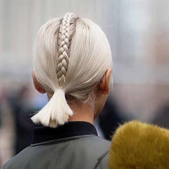 Белые платиновые волосы: низкий хвост с обратной косой посередине