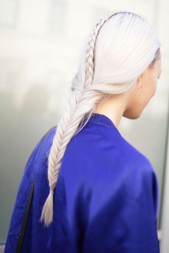 Белые платиновые волосы: длинная французская коса
