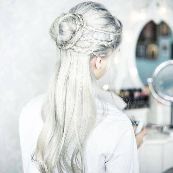Белые платиновые волосы: косы, пучок и серебристый отлив