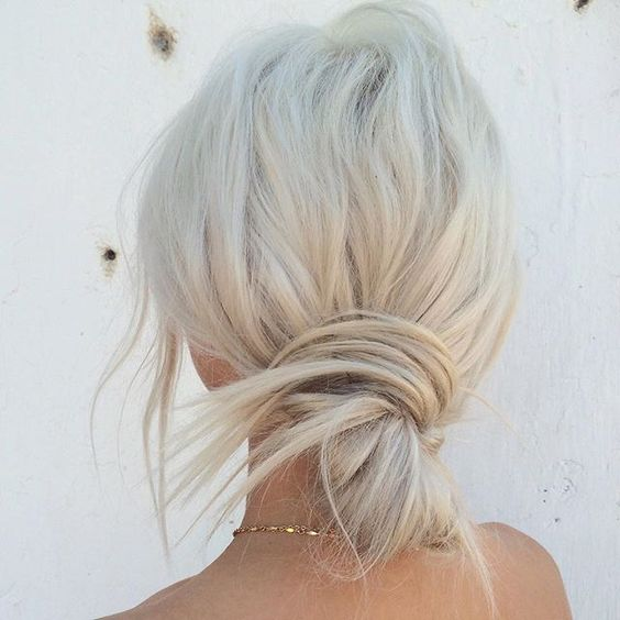 Белые платиновые волосы: низкий расслабленный пучок