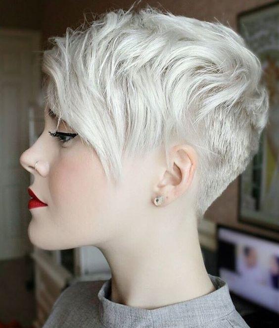 Белые платиновые волосы: стильная и модная стрижка пикси в длинной боковой чёлкой