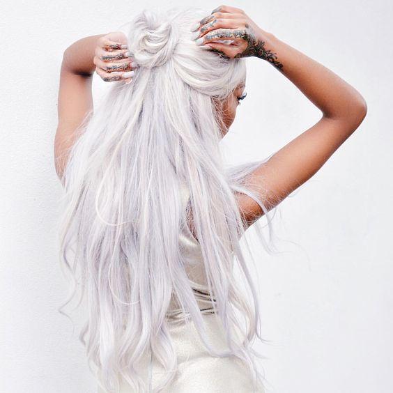 Белые платиновые волосы: длинные с высоким пучком