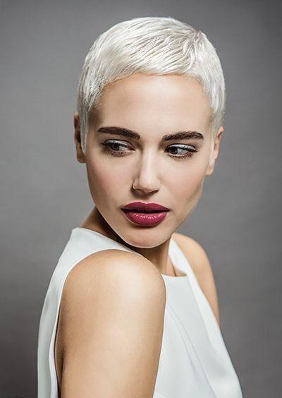 Белые платиновые волосы: короткая гладкая стрижка пикси